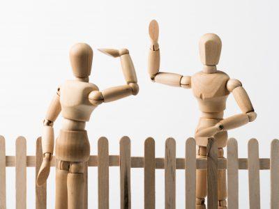 Wo Menschen miteinander leben, gibt es auch Meinungsverschiedenheiten: ob gemeinsam genutzte Wege, die Nachtruhe, der Kinderwagen im Treppenhaus oder die Parksituation.